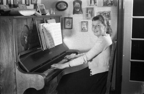 198  Annie ved klaveret på Gadegård