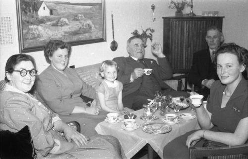 220  Cathrine, Margit, Gitter, Far, Peter Pihl, Inger, på Flisen