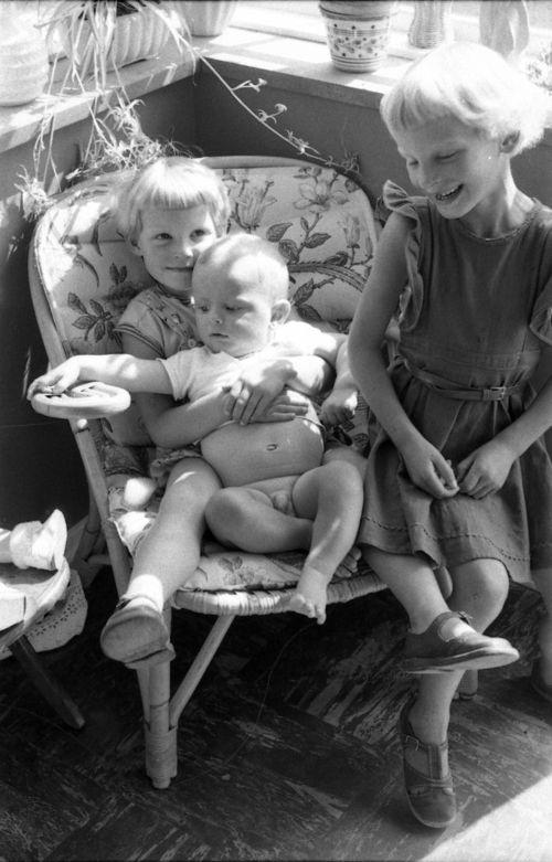 316  Karna og Gitter med Jørn på verandaen på Flisen